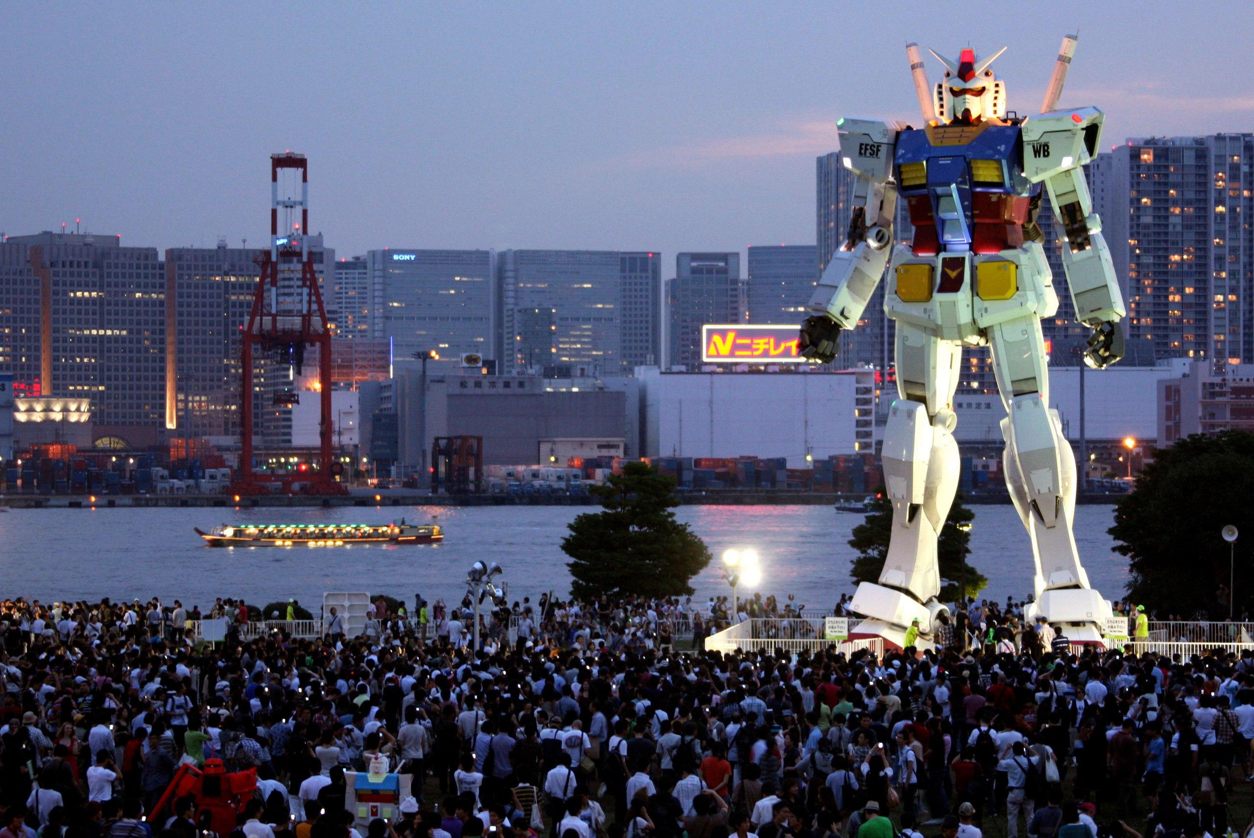 Статуя Gundam RX-78-2 из оригинального аниме 79 года Mobile Suit Gundam. Статуя, оснащенная звуковыми и дымовыми эффектами, а также подсветкой, располагается на искусственном острове Одайба. Неподалеку также можно найти тематическое кафе Gundam с едой в форме роботов.