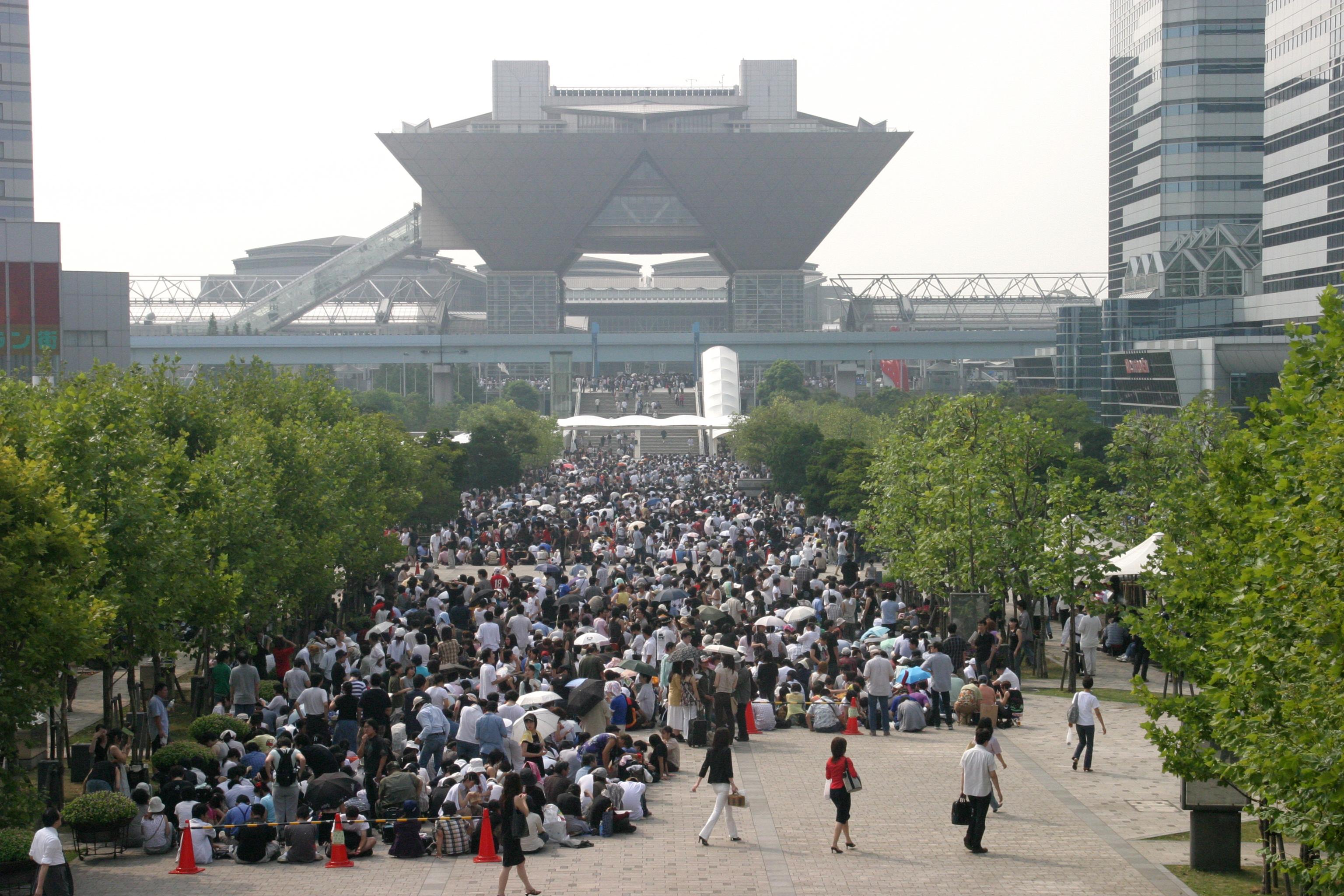 Очередь на фестиваль Comiket (также известный как Comic Market)