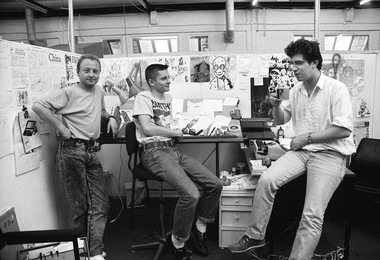 Бретт Юинс, Джейми Хьюлетт и Стив Диллон в офисе журнала Deadline , 1988 год